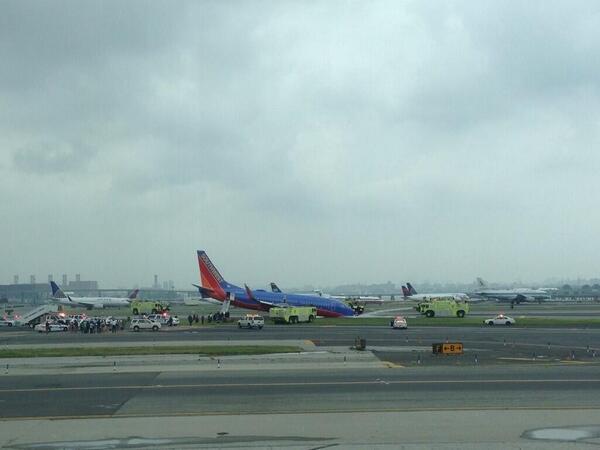 2013.07.22 Southwest 737, przednie podwozie zlozone przy ladowaniu-bpz154wccaakima.jpg