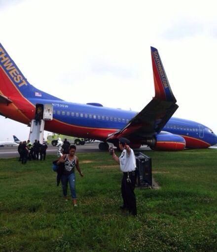 2013.07.22 Southwest 737, przednie podwozie zlozone przy ladowaniu-601739_397339540377150_1672983937_n.jpg