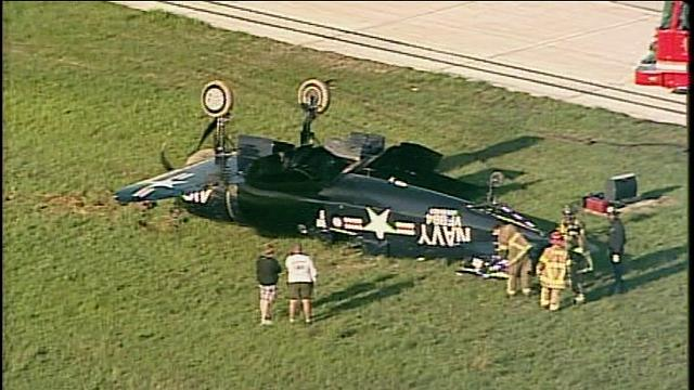 2014.05.17 F4U-4 Corsair kapotowa³ podczas l±dowania na lotnisku w Atlancie-3751700_g.jpg