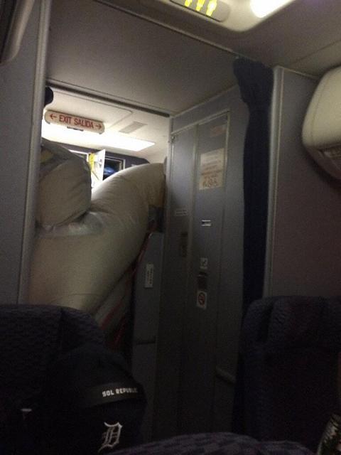 2014.06.29 United Airlines B737 - otwarcie trapu na wysoko¶ci przelotowej-united_b737_n24706_wichita_140629_1.jpg