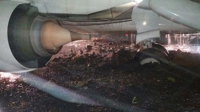 2017.09.19 Spice Jet B738 wypada z pasa w Mumbaju-spicejet_b738_vt_sgz_mumbai_170919_2.jpg